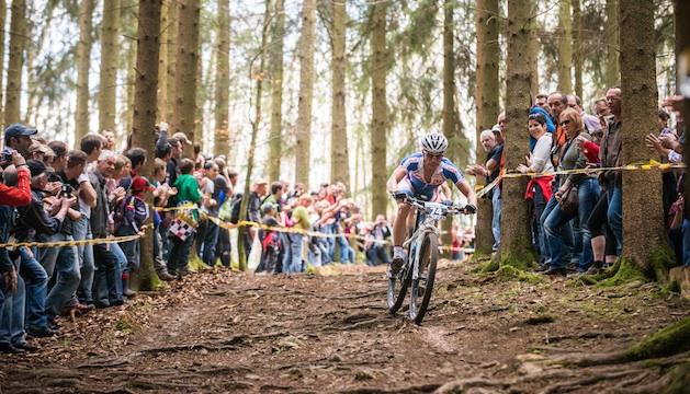 130414_GER_Muensingen_XC_Men_Avancini_downhill_spectators_wide_acrossthecountry_Mountainbike_by_Maasewerd