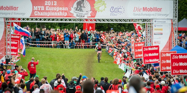 130623_SUI_Bern_ECH_XC_Women_Leumann_finishing_clappinghands_spectators_acrossthecountry_mountainbike_by_Maasewerd