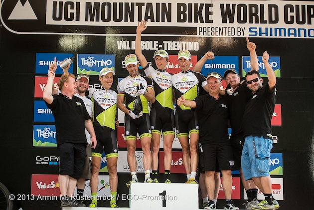 multivan-merida_03_valdisole_team_podium_acrossthecountry_mountainbike_by_kuestenbrueck