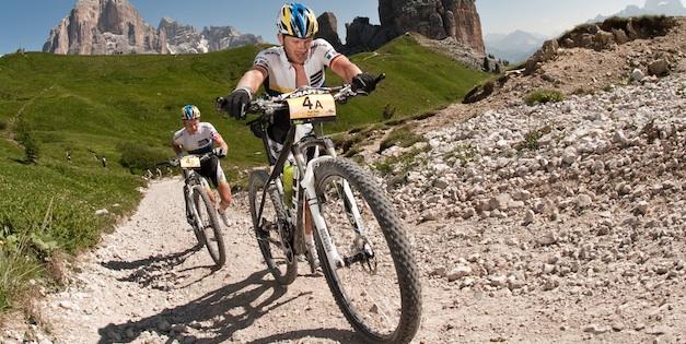 Karl Platt_Urs Huber_schiebend_transalp_acrossthecountry_mountainbike_by Robert Niedring