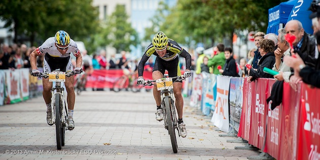 130920_GER_TransZollernalb_Stage1_BadImnau-Balingen_HuberU_Mennen_sprinting_acrossthecountry_mountainbike_by_Kuestenbrueck