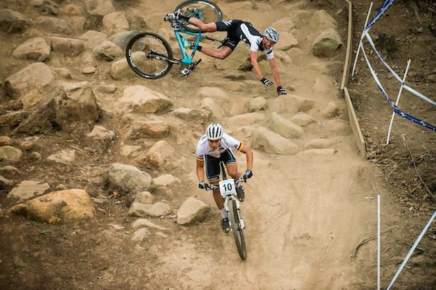 130830_RSA_Pietermaritzburg_XC_U23m_Shaw_crashing_Schelb_continueing_acrossthecountry_mountainbike_by_Maasewerd