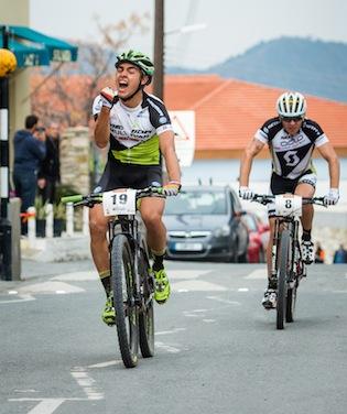Julian Schelb freut sich über Rang drei nachdem er Florian Vogel (hinten) auf der Zielgerade übersprintet hat. ©Armin M. Küstenbrück/EGO-Promotion