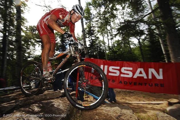 070701_stfelicien_men_fuglsang_rocks_sideview_nissan_acrossthecountry_mountainbike_by-Kuestenbrueck