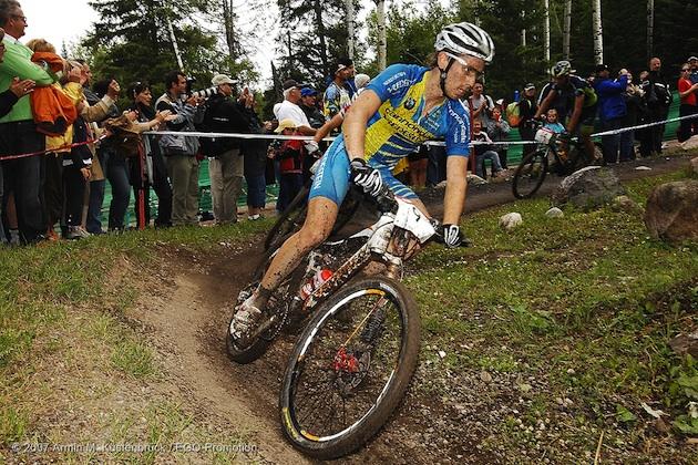 070701_stfelicien_men_kessiakoff_naef_corner_spectators_acrossthecountry_mountainbike_by Kuestenbruec