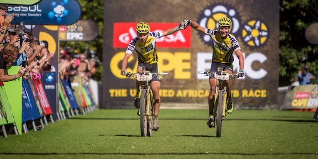 Robert-Mennen_Kristian-Hynek_finish_acrossthecountry_mountainbike_by-Nick-Muza_sportzpics
