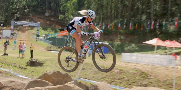 Jolanda-Neff_pmb_jump_sideview_acrossthecountry_mountainbike_by-Goller