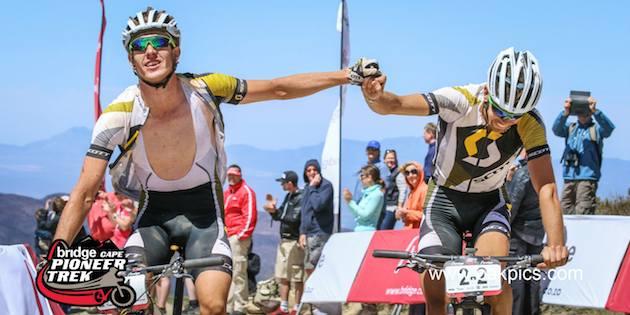 Beukes_Buys_winning-gesture_CapePioneer14_Swartberg_acrossthecountry_mountainbike_by-Oakpics