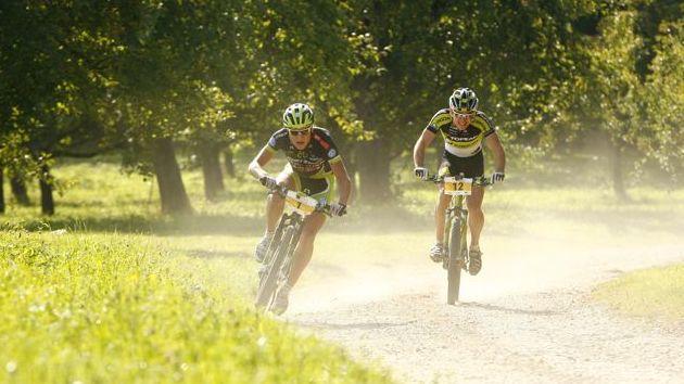 120925_GER_STZ_Genze_Mennen_leading_curve_dust_green_acrossthecountry_mountainbike_xcm_by Sportograf