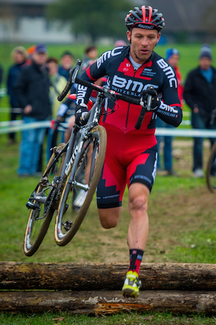 131117_SUI_Madiswil_CX_Men_Naef_obstacles_frontal_running_acrossthecountry_mountainbike_by_Kuestenbrueck
