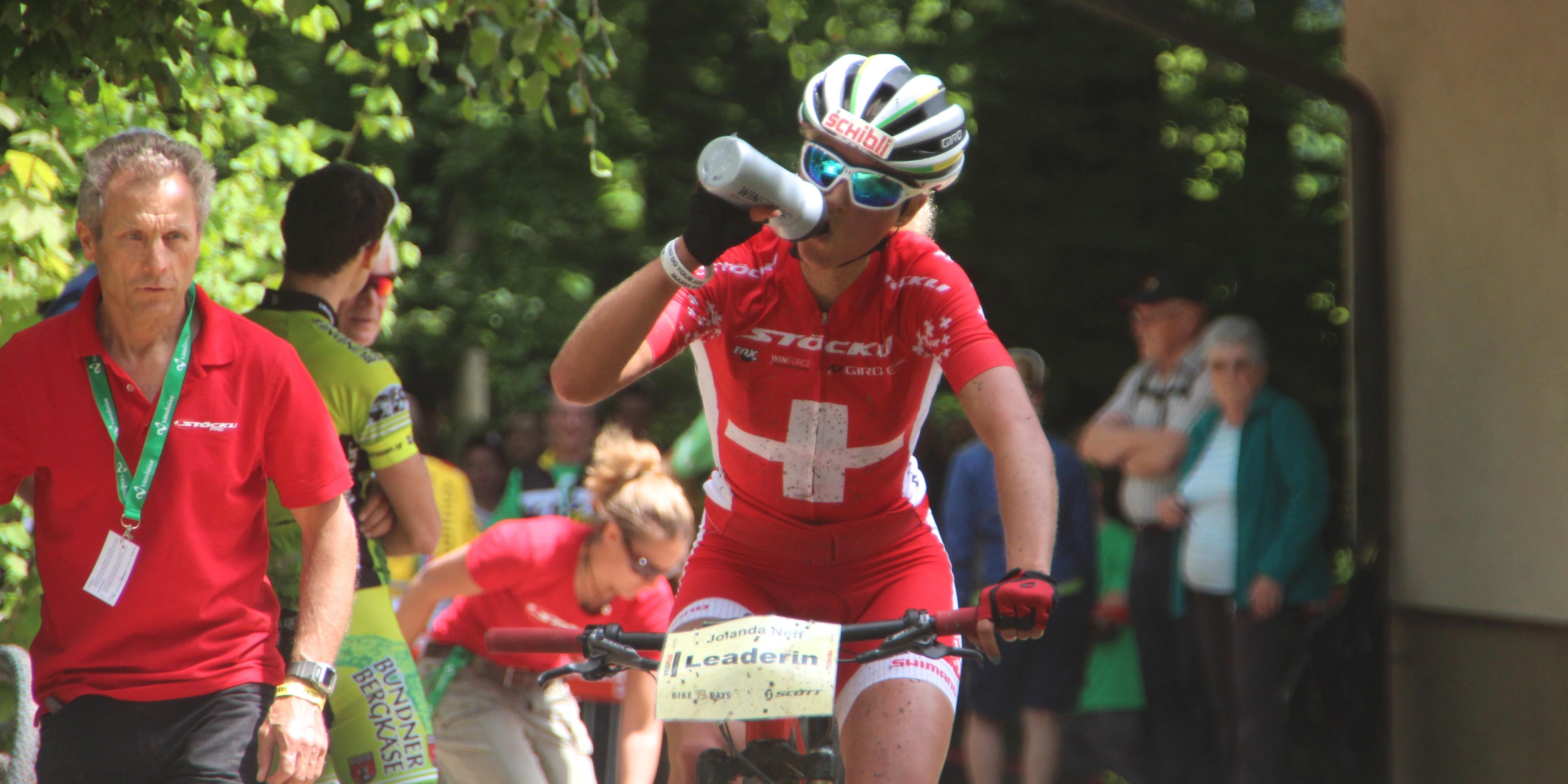 Jolanda Neff_drinking_acrossthecountry_mountainbike_BRC15_Solothurn_Damen_by Goller