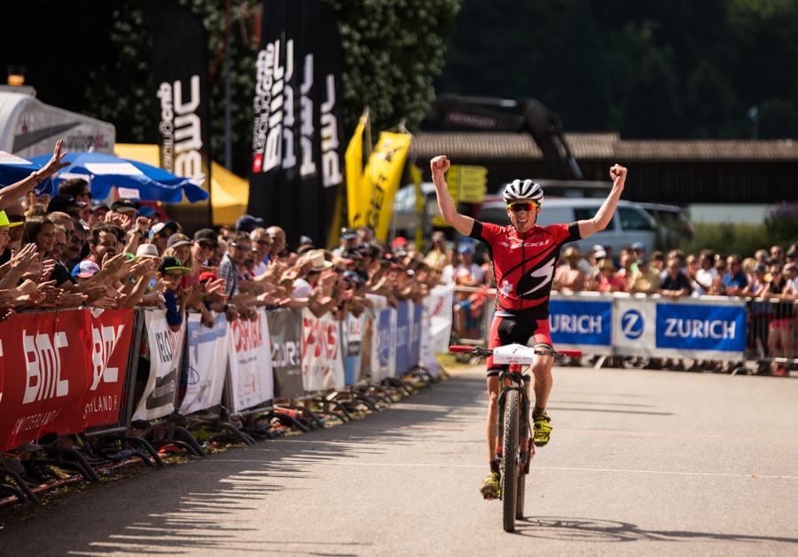 Der Sieger Matthias Flückiger bei der Zieleinfahrt. Foto: Lynn Sigel.