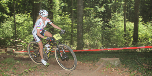 rina-Kalentieva_sideview_acrossthecountry_mountainbike_BRC15_Yverdon_Vaumarcus_Damen_Juniorinnen_by-Goller