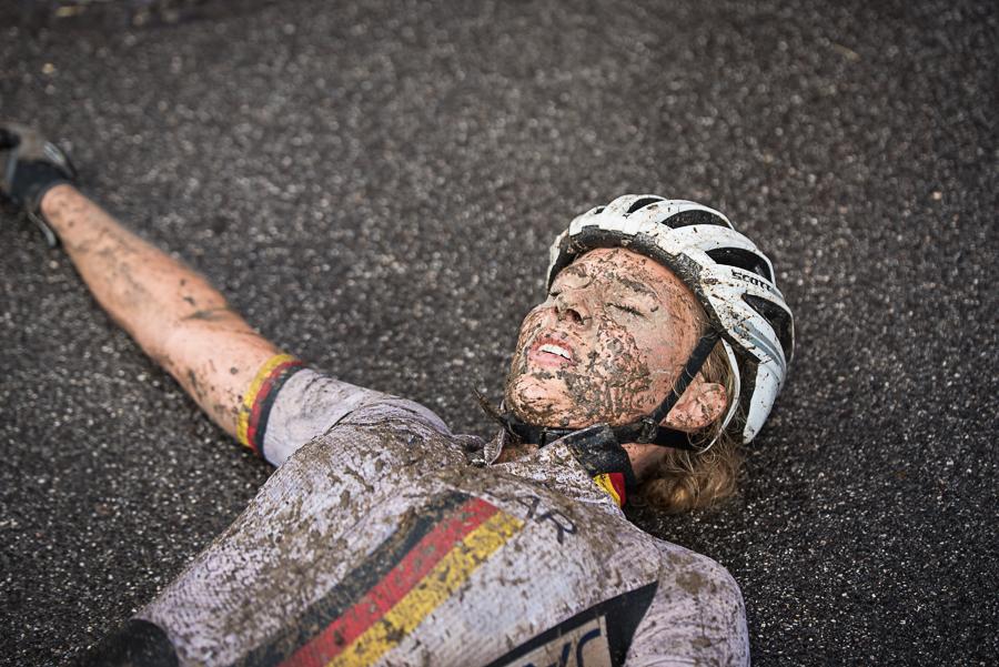 Zwar ist sie im Ziel am Boden, trotzdem ist Anna Saier mit ihren siebten Platz zufrieden. Foto: Lynn Sigel