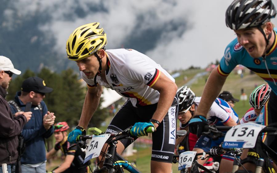 Ben Zwiehoff startete als Erster Fahrer und muss im Pulk den ersten Anstieg hoch. Foto: Lynn Sigel