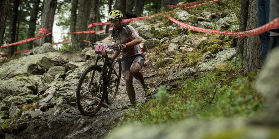 Ramona Forchini riskiert im nassen Downhill nichts und mach damit alles richtig. Foto: Lynn Sigel
