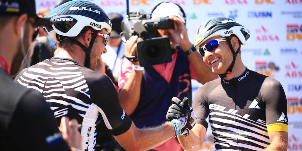 Glückwunsch zum Geburtstag und zum Etappensieg: Urs Huber gratuliert Karl Platt (und sich selbst) ©Sportograf
