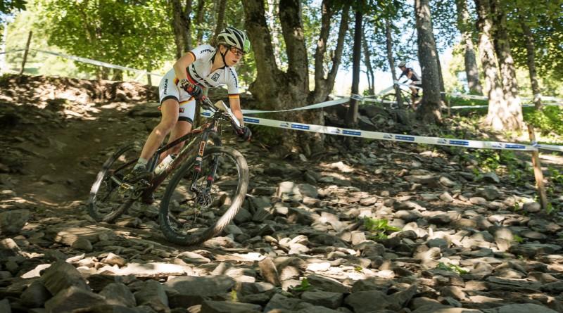 Leonie Daubermann in einr Downhill-Sektion der Weltcup-Strecke von 2014. Foto: Lynn Sigel