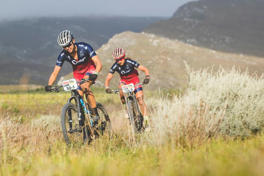 Ariane Lüthi hatte schwer zu kämpfen. Adelheid Morath versuchte sie zu unterstützen, so gut es ging. ©Ewald Sadie/Cape Epic/SPORTZPICS