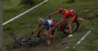 Ferrand Prevot_Indergand_crash_Damen_WC17_Lenzerheide_by Goller