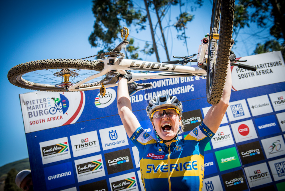 Alexandra Engen_PMB_bike in the air_2013_XCE_worlds_by Maasewerd.